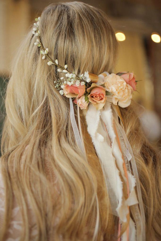 Coafură pentru păr lung cu o coroniță fină din flori, Foto: weddingpartyapp.com