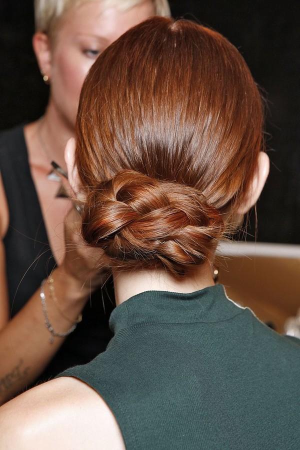 Păr împletit și prins în coc la spate, Foto: doisong-phapluat.com