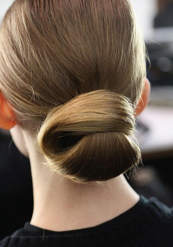 Părul este prins elegant în coc, Foto: doisong-phapluat.com