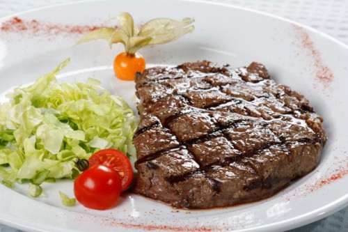 Biftec la grătar cu salată de marole, Foto: useful-food.ru