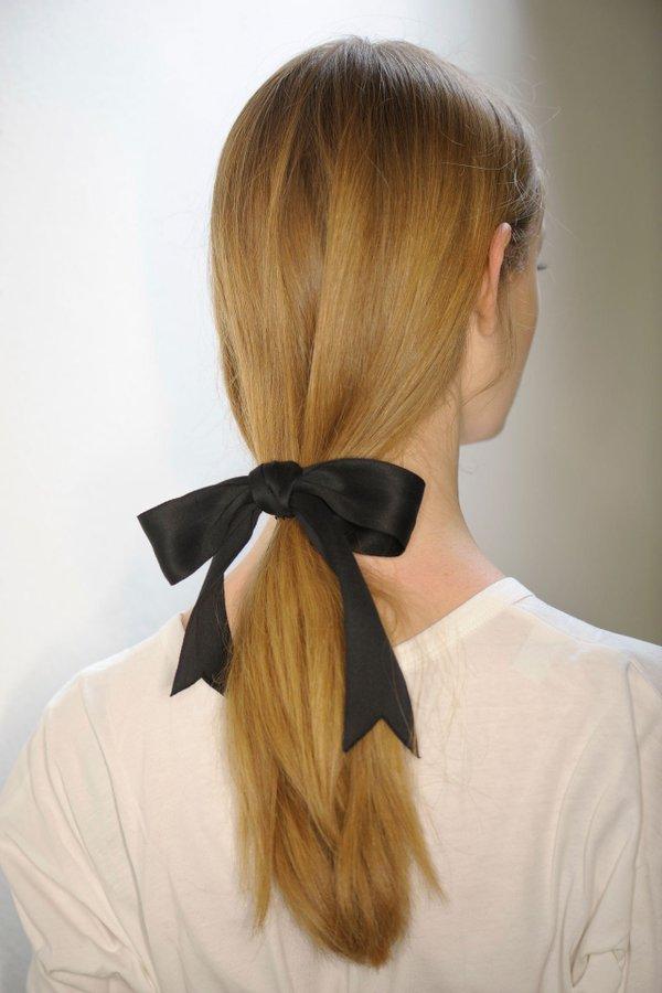 Coafură cu părul prins cu panglică în coadă la spate, Foto: .terrawoman.ua