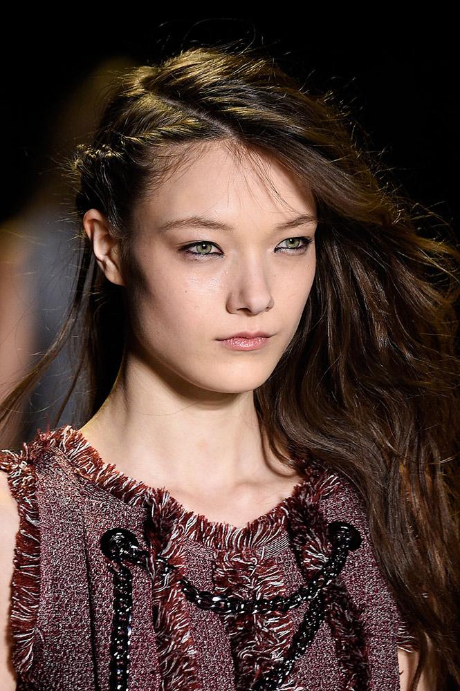 Coafură cu părul despărțit pe o parte, Foto: thefashionspot.com