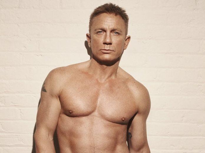 Daniel Craig pozând la bustul gol
