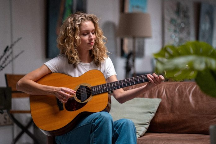 fata care canta la chitara